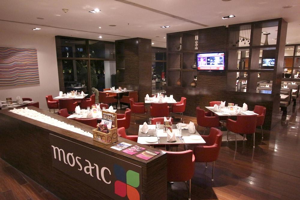크라운 플라자 푸네 시티 센터(Crowne Plaza Pune City Centre) Hotel Image 74 - Restaurant