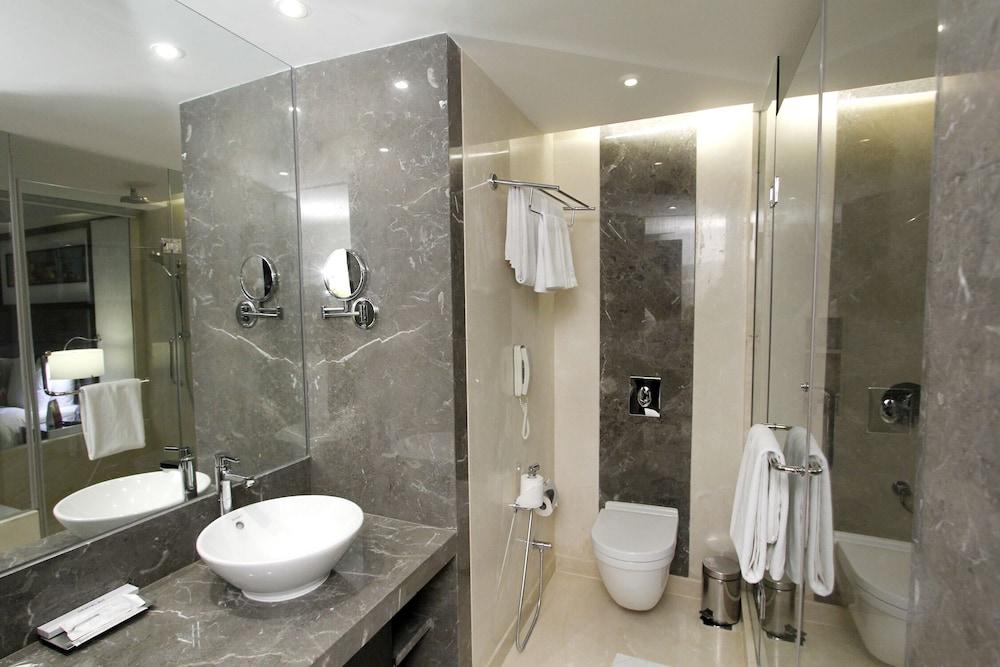크라운 플라자 푸네 시티 센터(Crowne Plaza Pune City Centre) Hotel Image 21 - Bathroom