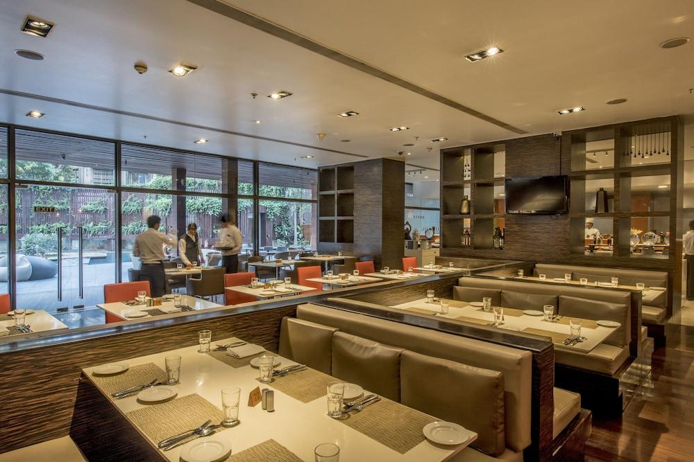 크라운 플라자 푸네 시티 센터(Crowne Plaza Pune City Centre) Hotel Image 32 - Restaurant