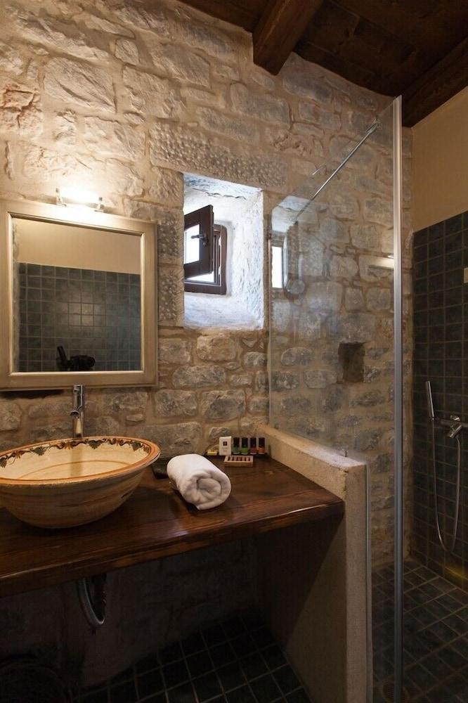 페트라 카이 포스 부티크 호텔 & 스파(Petra Kai Fos Boutique Hotel & Spa) Hotel Image 22 - Bathroom