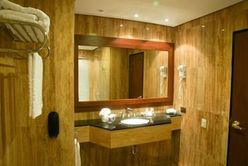 유로빌딩 호텔 플라자 과야나(Eurobuilding Hotel Plaza Guayana) Hotel Image 4 - Bathroom