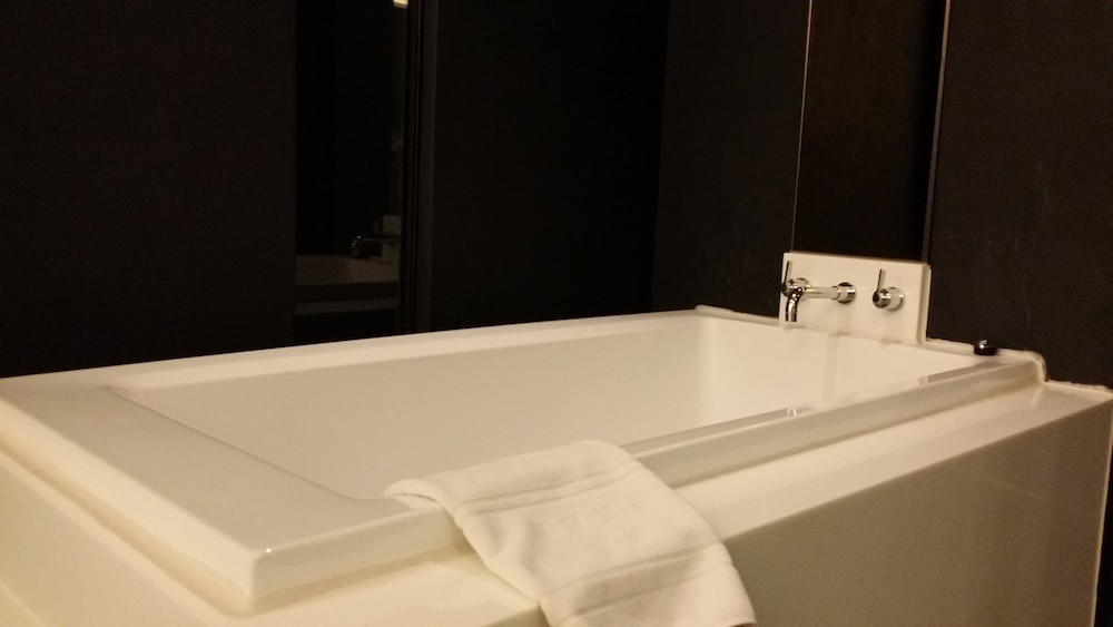오스카 스위트 호텔(Oscar Suite Hotel) Hotel Image 37 - Deep Soaking Bathtub