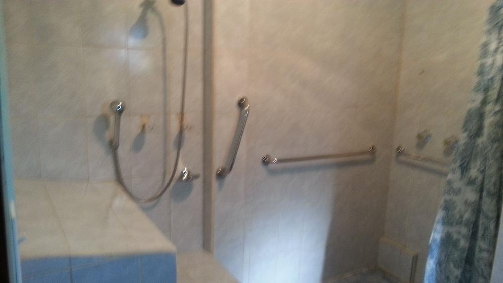 라 델피나 B&B 바 & 그릴 호텔(La Delphina Bed and Breakfast Bar and Grill Hotel) Hotel Image 40 - Bathroom Shower