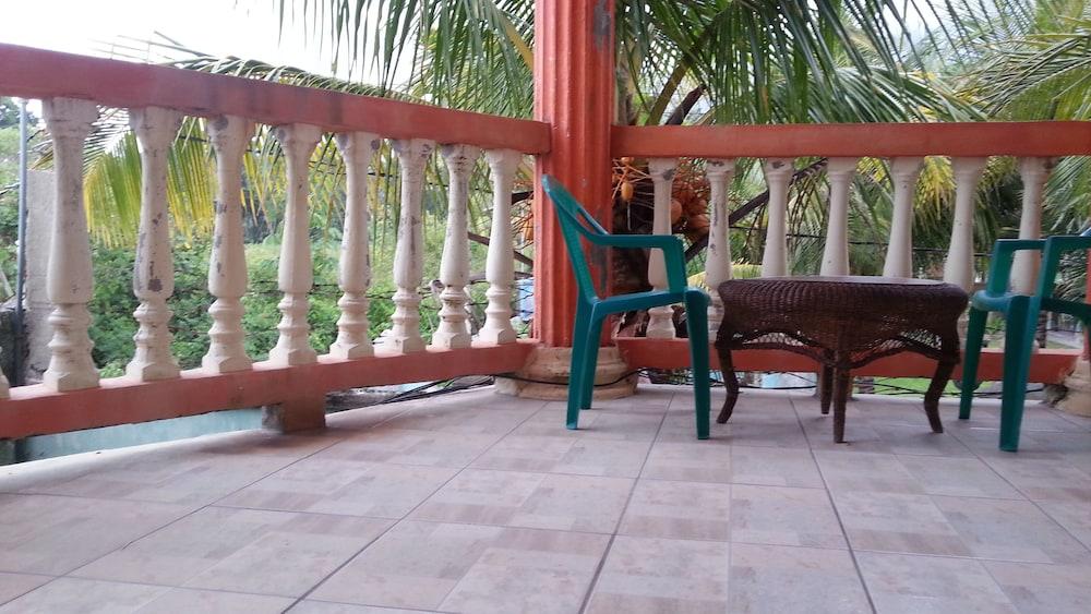 라 델피나 B&B 바 & 그릴 호텔(La Delphina Bed and Breakfast Bar and Grill Hotel) Hotel Image 27 - Balcony