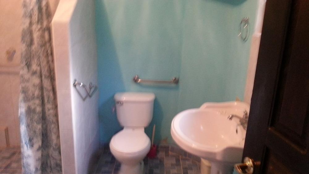 라 델피나 B&B 바 & 그릴 호텔(La Delphina Bed and Breakfast Bar and Grill Hotel) Hotel Image 37 - Bathroom