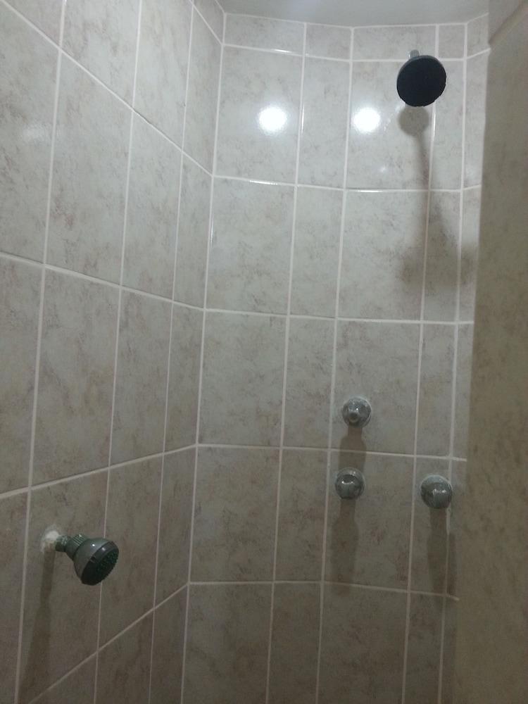 라 델피나 B&B 바 & 그릴 호텔(La Delphina Bed and Breakfast Bar and Grill Hotel) Hotel Image 41 - Bathroom Shower