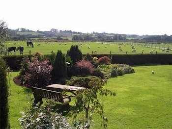 손턴 로지 팜(Thornton Lodge Farm) Hotel Image 1 - Garden