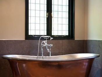 그래스하퍼 인(The Grasshopper Inn) Hotel Image 10 - Deep Soaking Bathtub