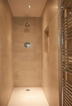 그래스하퍼 인(The Grasshopper Inn) Hotel Image 12 - Bathroom Shower