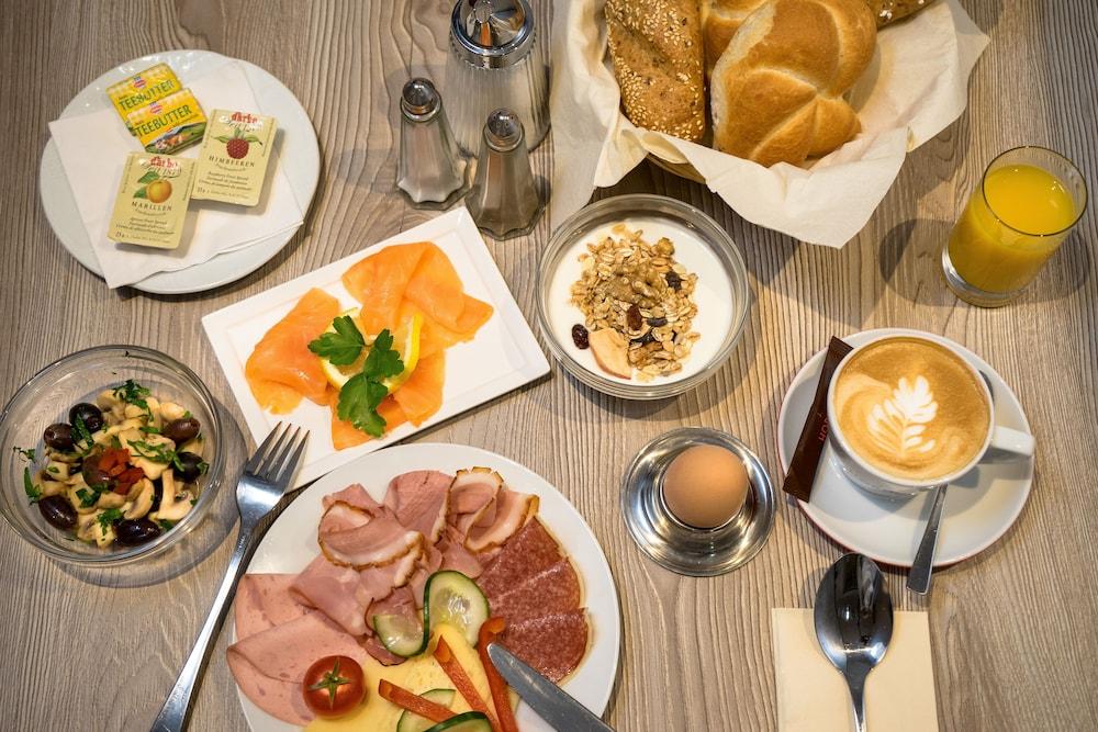 호텔 슈바르처 배르(Hotel Schwarzer Bär) Hotel Image 44 - Breakfast buffet
