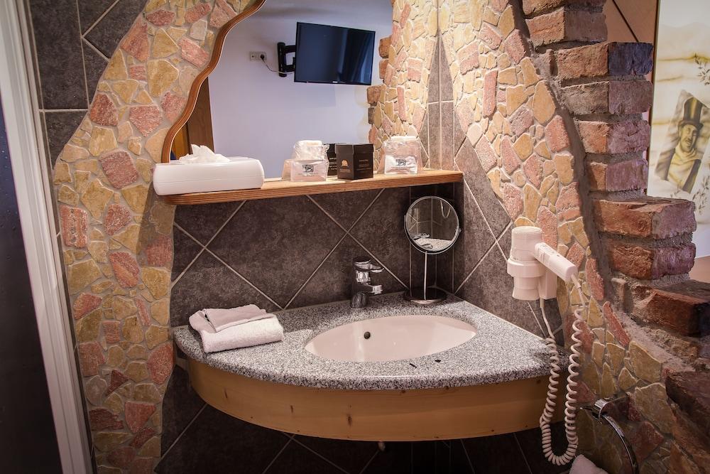 호텔 슈바르처 배르(Hotel Schwarzer Bär) Hotel Image 36 - Bathroom