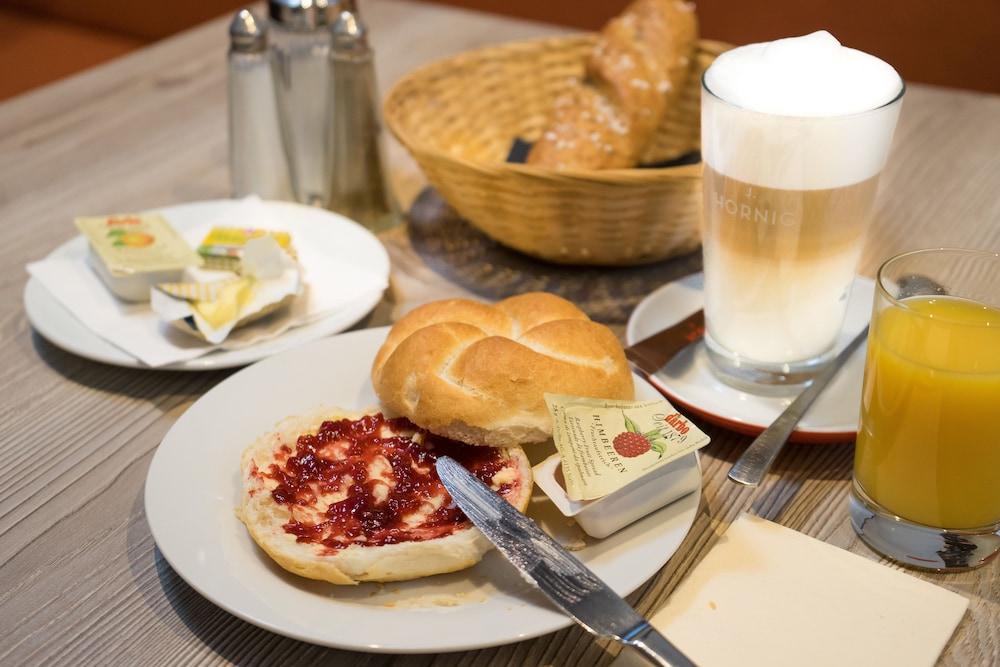 호텔 슈바르처 배르(Hotel Schwarzer Bär) Hotel Image 46 - Breakfast buffet