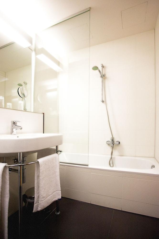 호텔 슈바르처 배르(Hotel Schwarzer Bär) Hotel Image 33 - Bathroom