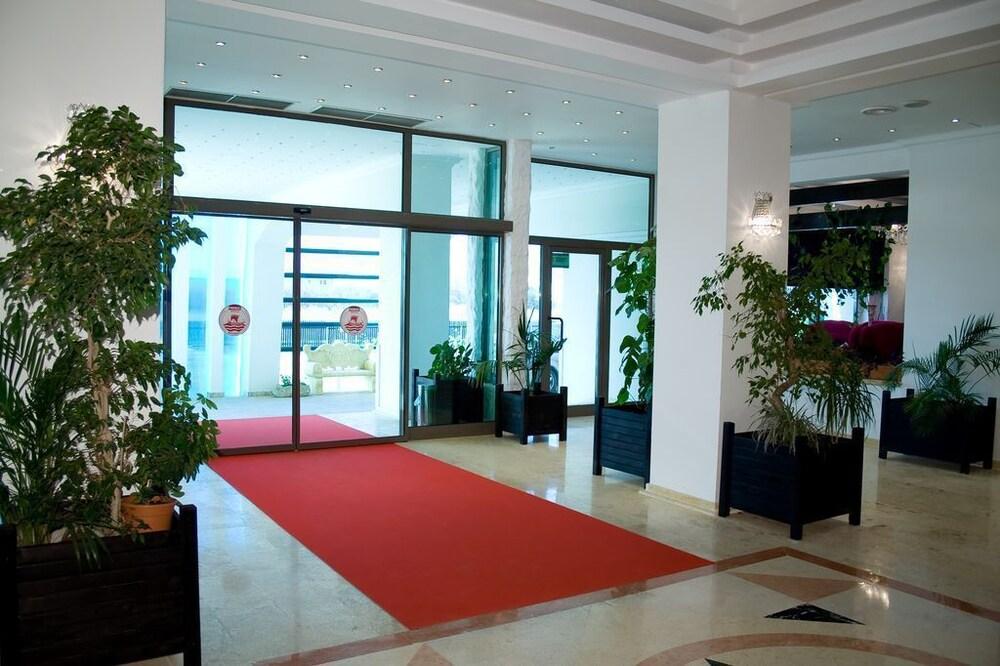 호텔 포에니시아 익스프레스(Hotel Phoenicia Express) Hotel Image 35 - Interior Entrance