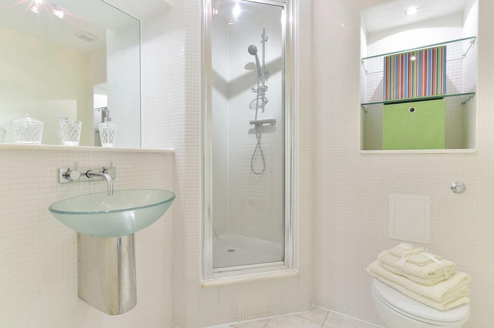 브리지 아파트먼츠(Bridge Apartments) Hotel Image 62 - Bathroom