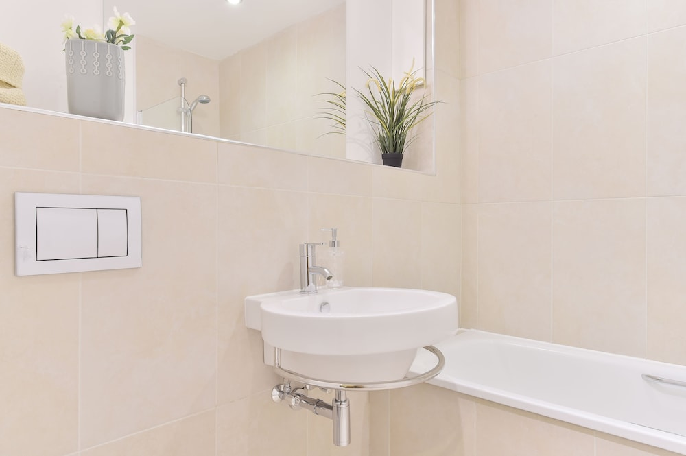 브리지 아파트먼츠(Bridge Apartments) Hotel Image 60 - Bathroom