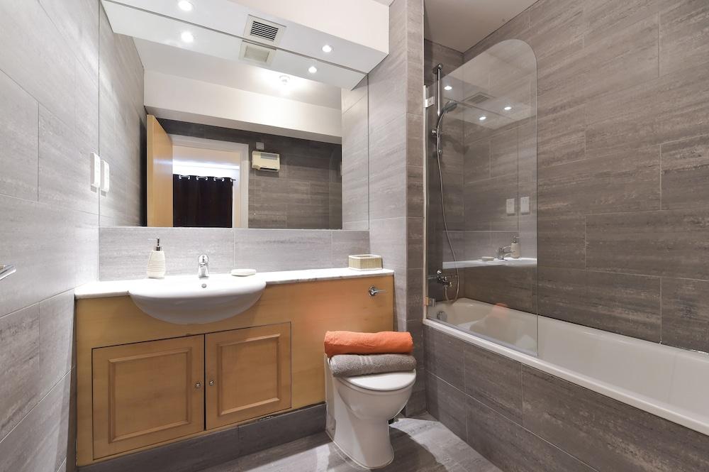 브리지 아파트먼츠(Bridge Apartments) Hotel Image 70 - Bathroom