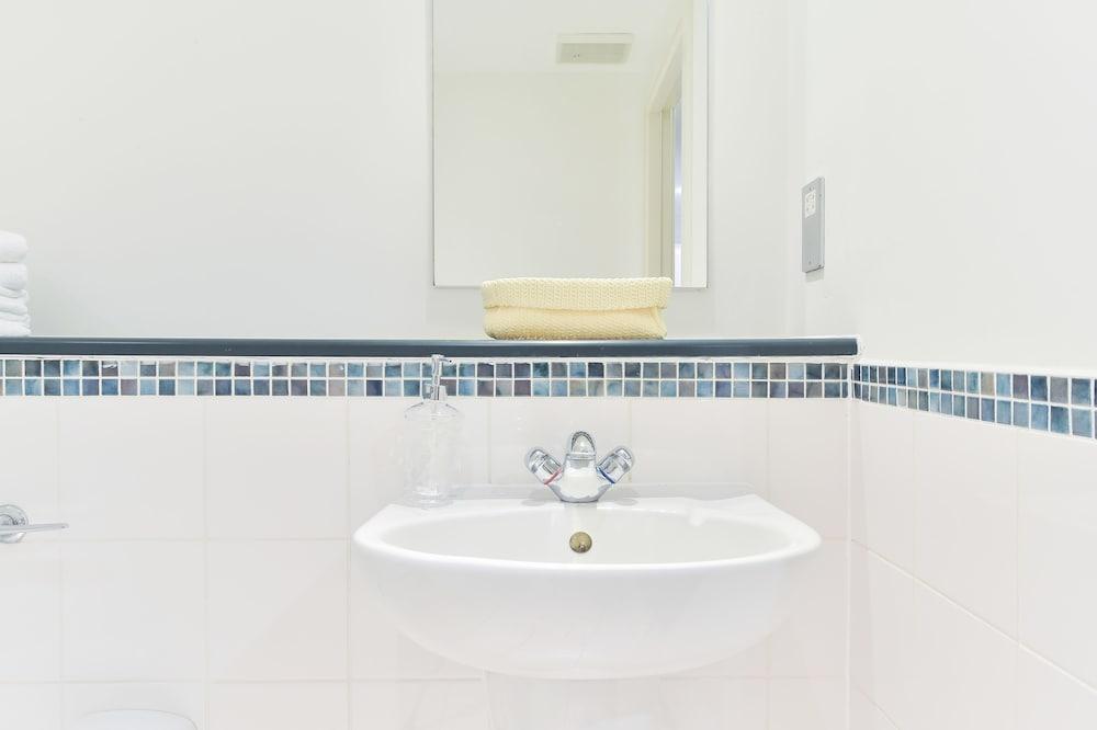 브리지 아파트먼츠(Bridge Apartments) Hotel Image 1 - Bathroom Sink