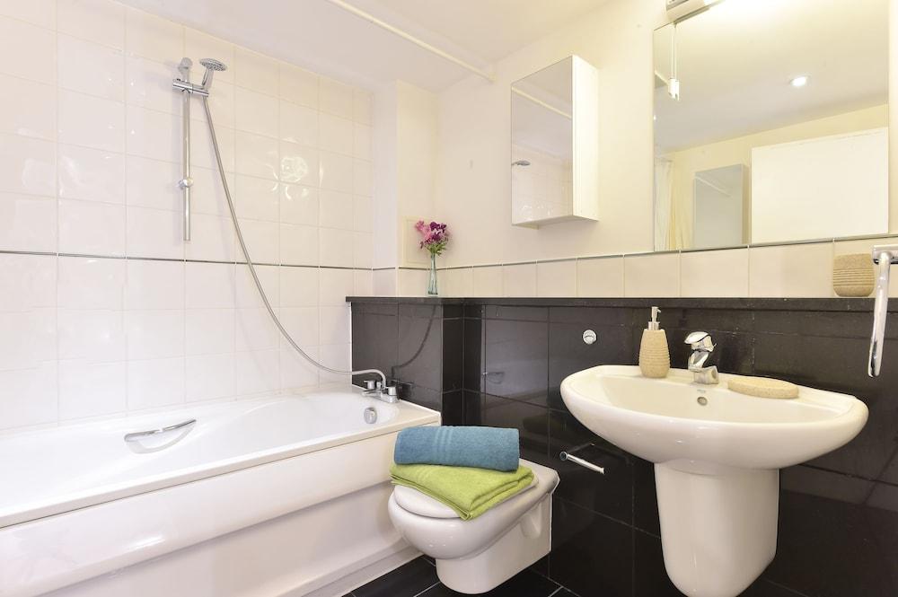 브리지 아파트먼츠(Bridge Apartments) Hotel Image 65 - Bathroom