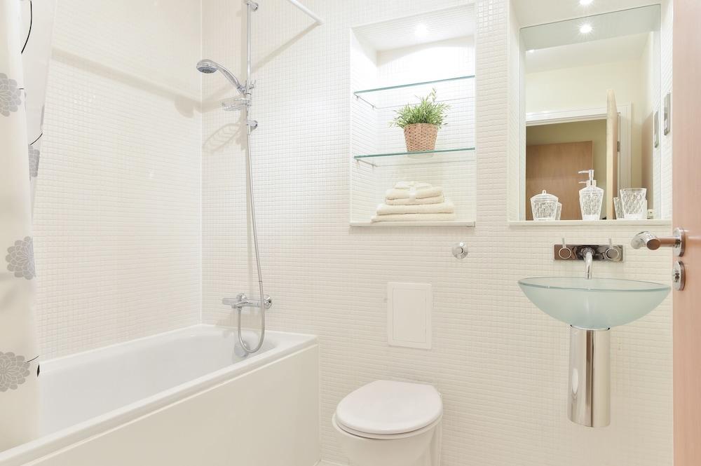브리지 아파트먼츠(Bridge Apartments) Hotel Image 63 - Bathroom