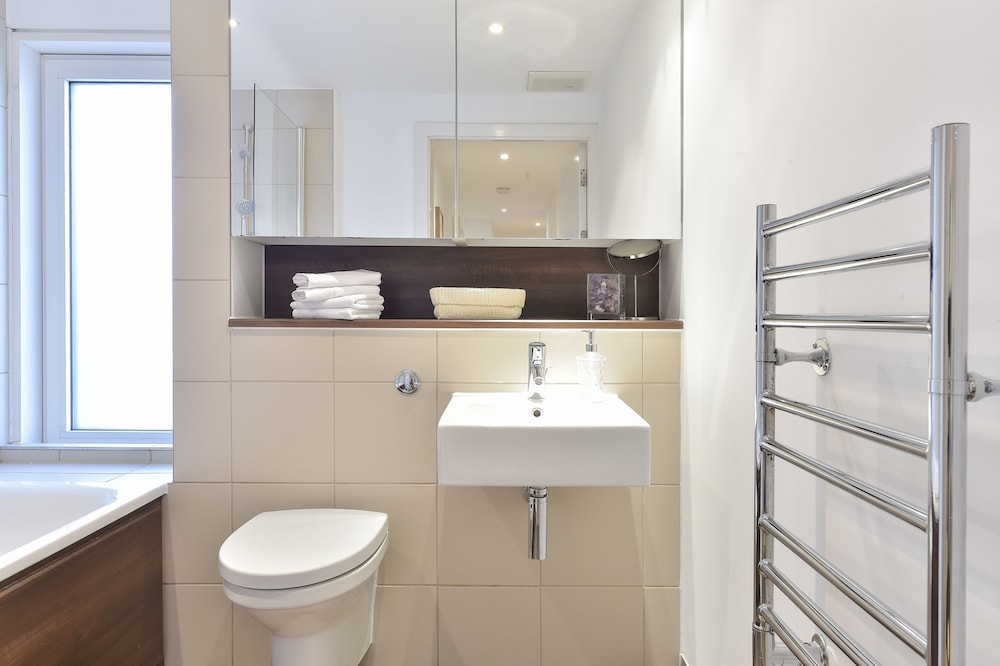 브리지 아파트먼츠(Bridge Apartments) Hotel Image 61 - Bathroom