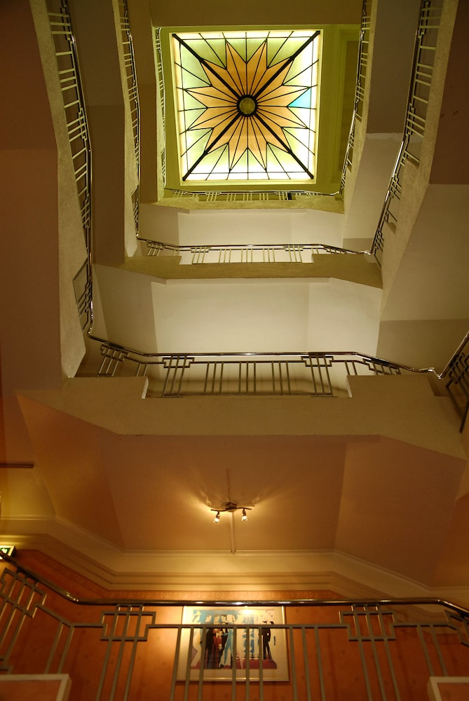 더 클리프스 호텔 블랙풀(The Cliffs Hotel Blackpool) Hotel Image 33 - Interior Entrance