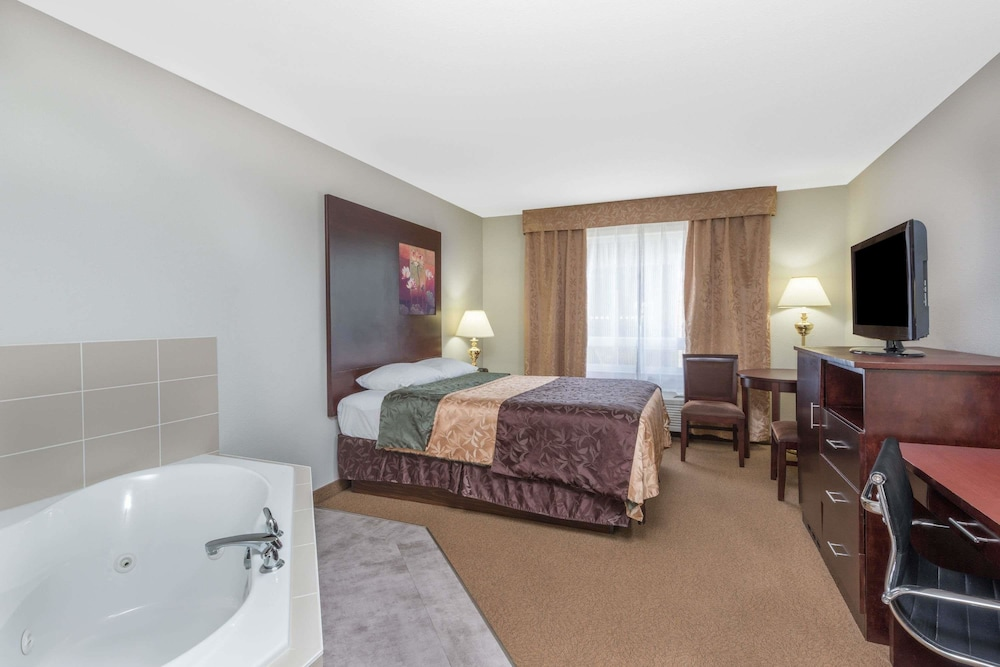 수퍼 8 바이 윈덤 이니스페일(Super 8 by Wyndham Innisfail) Hotel Image 3 - Guestroom