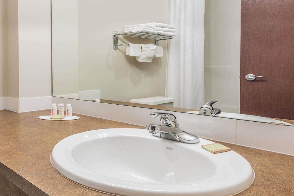 수퍼 8 바이 윈덤 이니스페일(Super 8 by Wyndham Innisfail) Hotel Image 18 - Bathroom