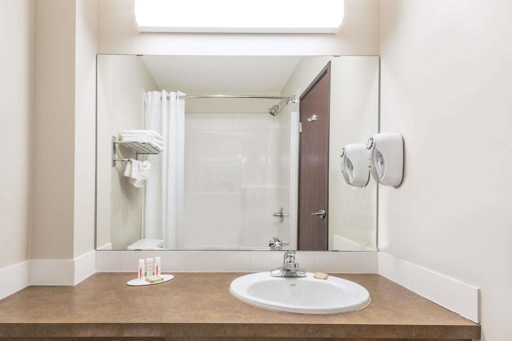 수퍼 8 바이 윈덤 이니스페일(Super 8 by Wyndham Innisfail) Hotel Image 10 - Bathroom