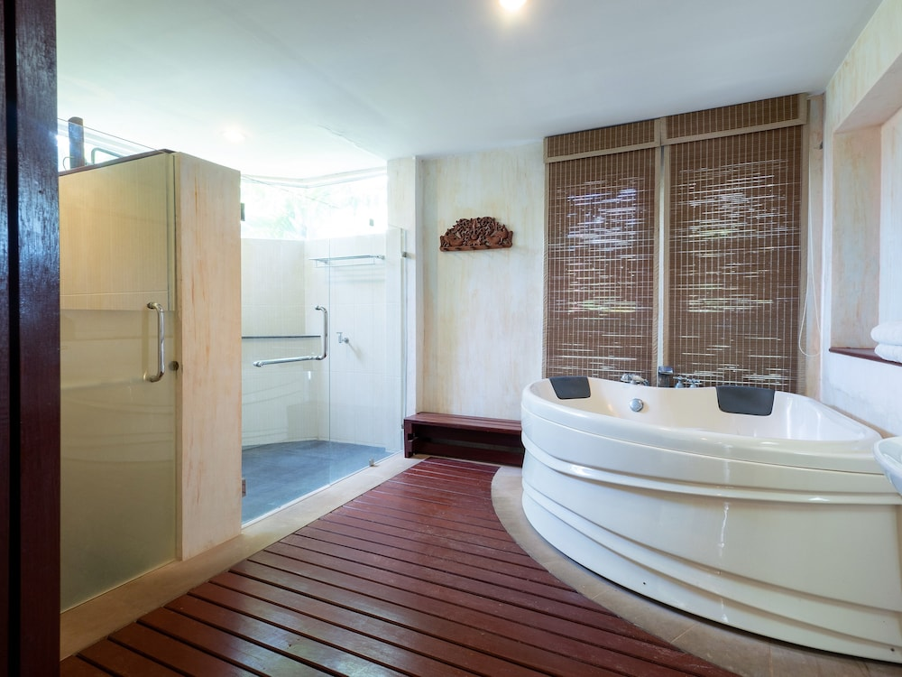 로얄 란타 리조트 & 스파(Royal Lanta Resort & Spa) Hotel Image 50 - Deep Soaking Bathtub
