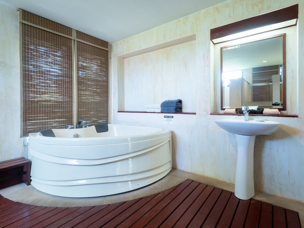 로얄 란타 리조트 & 스파(Royal Lanta Resort & Spa) Hotel Image 52 - Deep Soaking Bathtub
