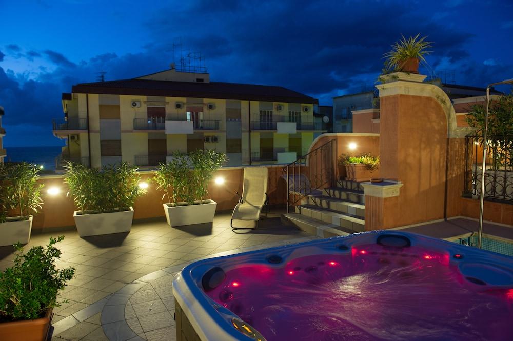 아르테미스 호텔(Artemis Hotel) Hotel Image 30 - Outdoor Spa Tub