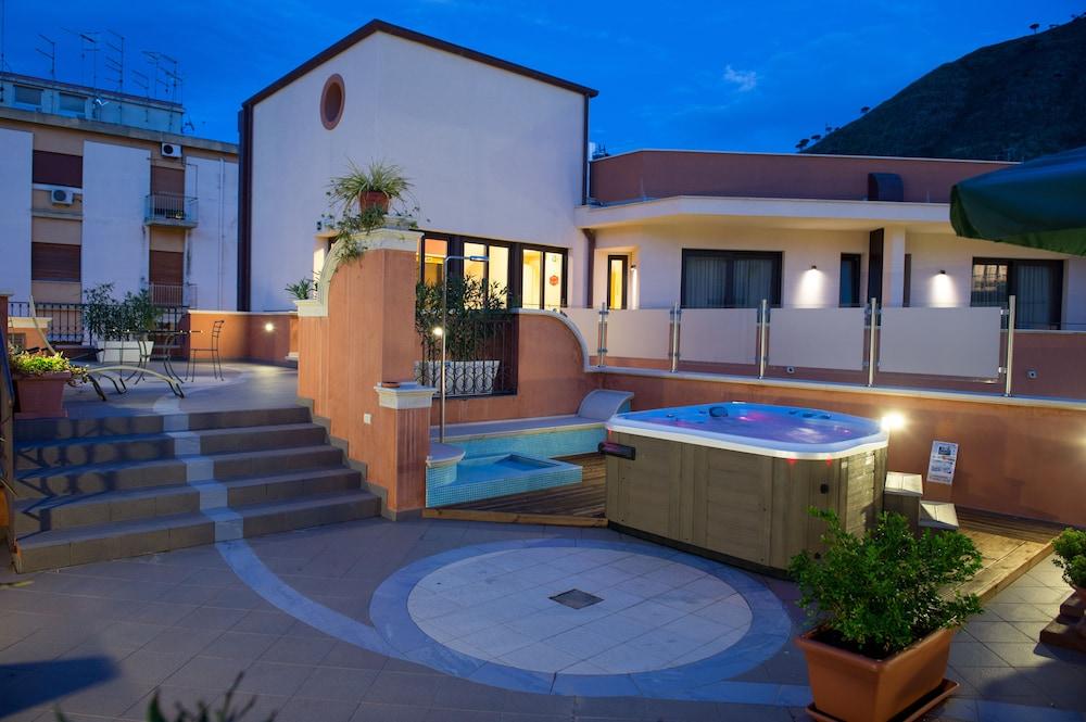 아르테미스 호텔(Artemis Hotel) Hotel Image 29 - Outdoor Spa Tub