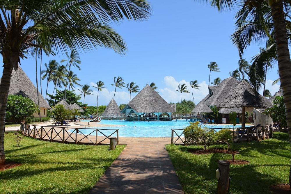 넵튠 프와니 비치 리조트 & 스파 - 올 인클루시브(Neptune Pwani Beach Resort & Spa - All Inclusive) Hotel Image 17 - Outdoor Pool