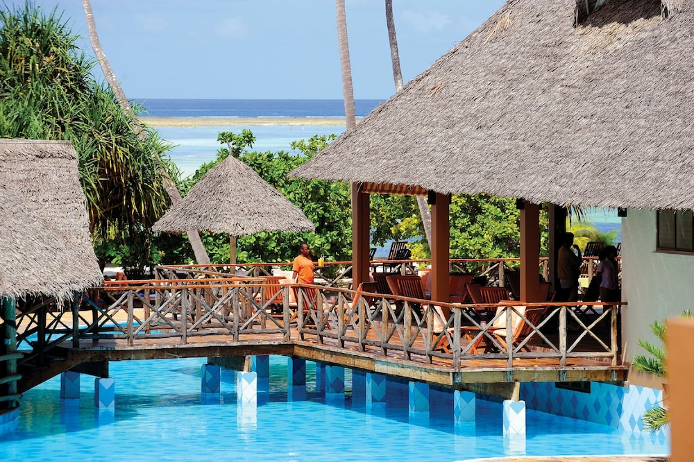 넵튠 프와니 비치 리조트 & 스파 - 올 인클루시브(Neptune Pwani Beach Resort & Spa - All Inclusive) Hotel Image 38 - Poolside Bar