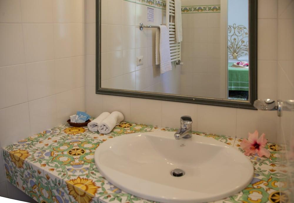 세미라미스 호텔 드 샤름(Semiramis Hotel De Charme) Hotel Image 28 - Bathroom Sink
