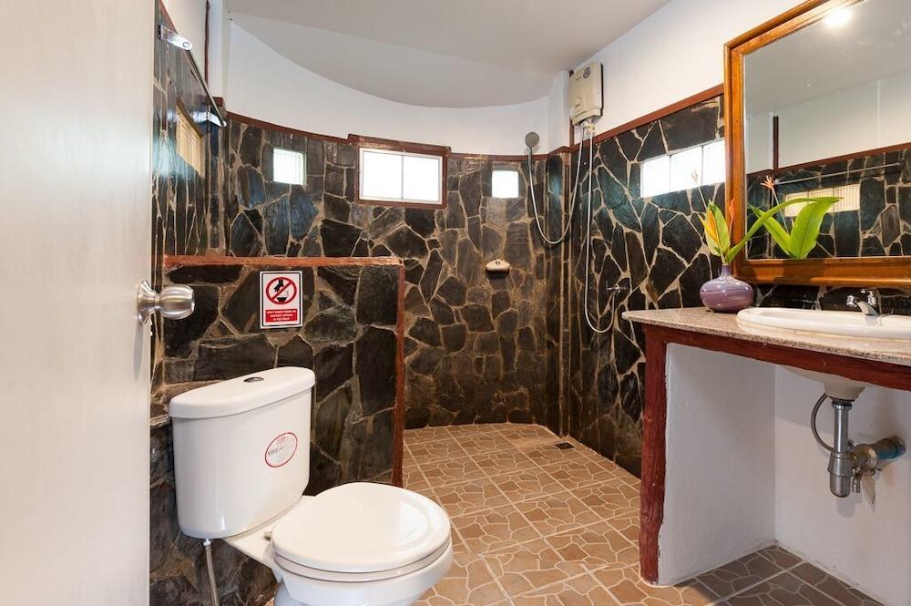 몬탈레이 비치 리조트 코 타오(Montalay Beach Resort Koh Tao) Hotel Image 32 - Bathroom