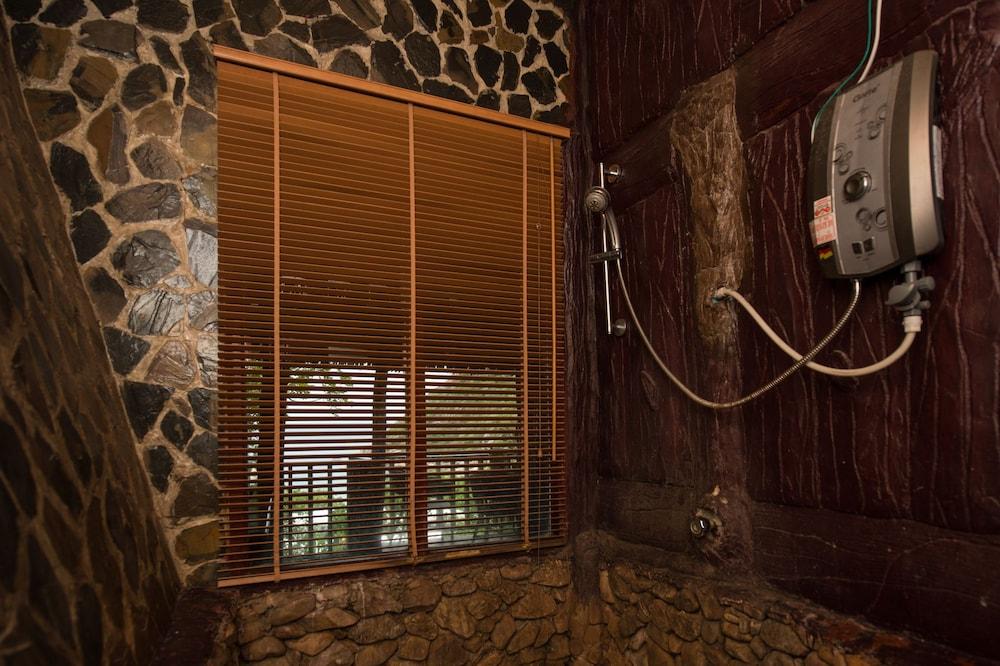 몬탈레이 비치 리조트 코 타오(Montalay Beach Resort Koh Tao) Hotel Image 34 - Bathroom Shower
