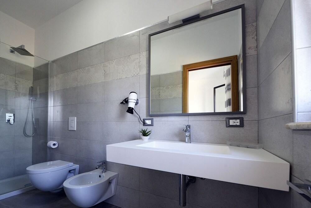 오아시스 호텔 레지던스 & 리조트(Oasis Hotel Residence & Resort) Hotel Image 12 - Bathroom