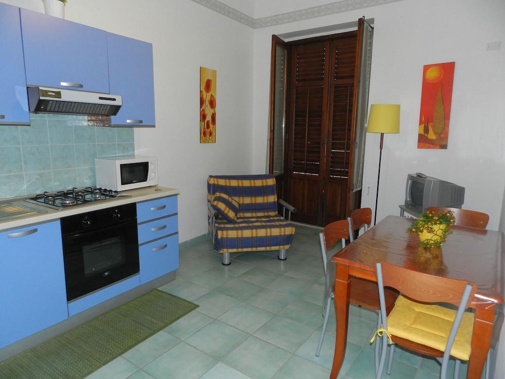 카사 바칸체 포르타 카리니(Casa Vacanze Porta Carini) Hotel Image 10 - In-Room Kitchen