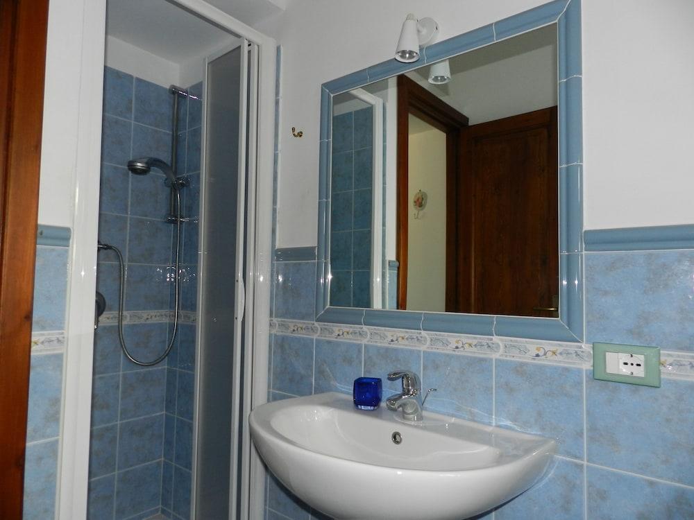 카사 바칸체 포르타 카리니(Casa Vacanze Porta Carini) Hotel Image 15 - Bathroom
