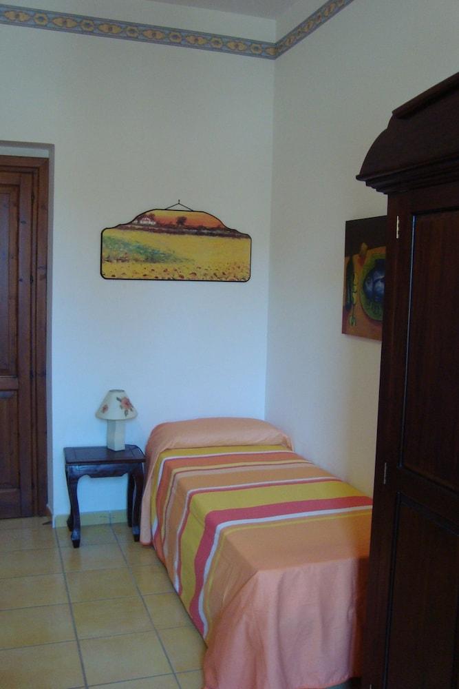 카사 바칸체 포르타 카리니(Casa Vacanze Porta Carini) Hotel Image 3 - Guestroom