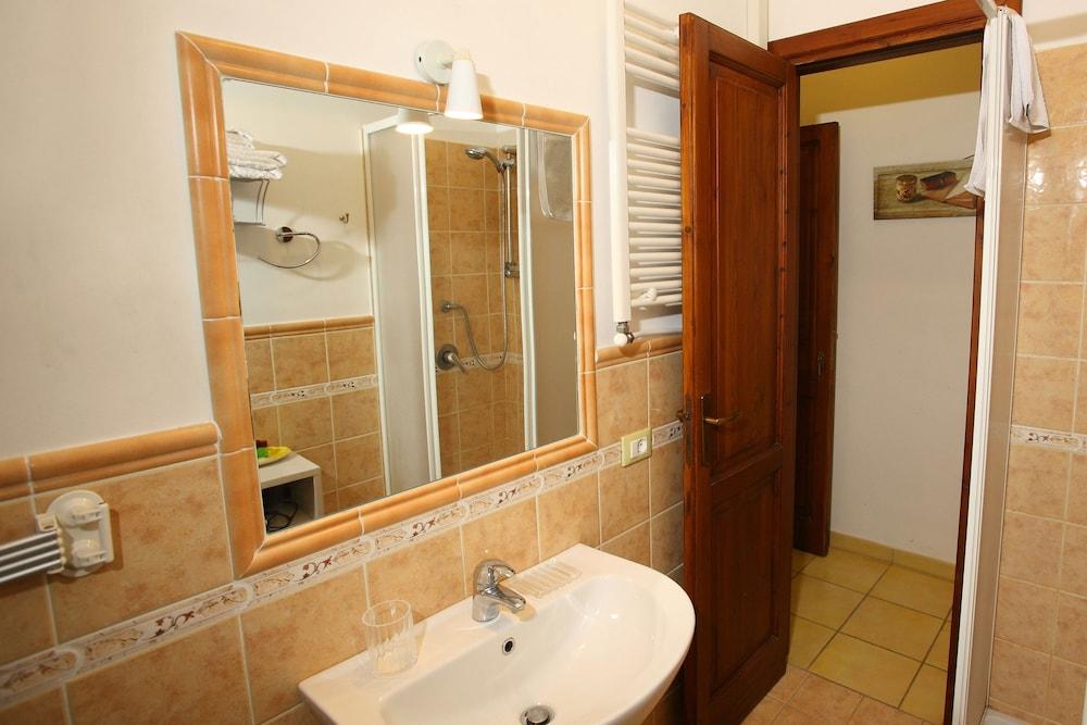 카사 바칸체 포르타 카리니(Casa Vacanze Porta Carini) Hotel Image 19 - Bathroom