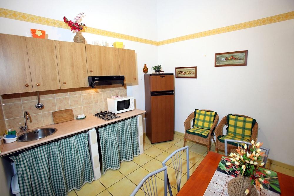 카사 바칸체 포르타 카리니(Casa Vacanze Porta Carini) Hotel Image 22 - In-Room Kitchen