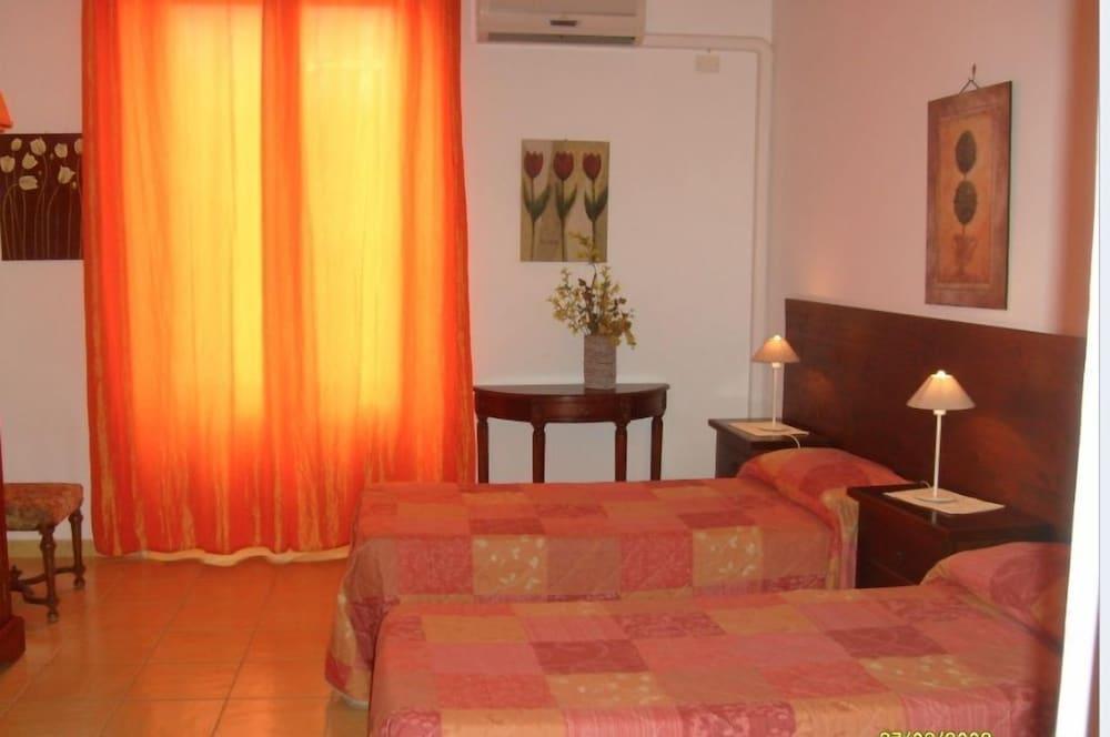 카사 바칸체 포르타 카리니(Casa Vacanze Porta Carini) Hotel Image 5 - Guestroom