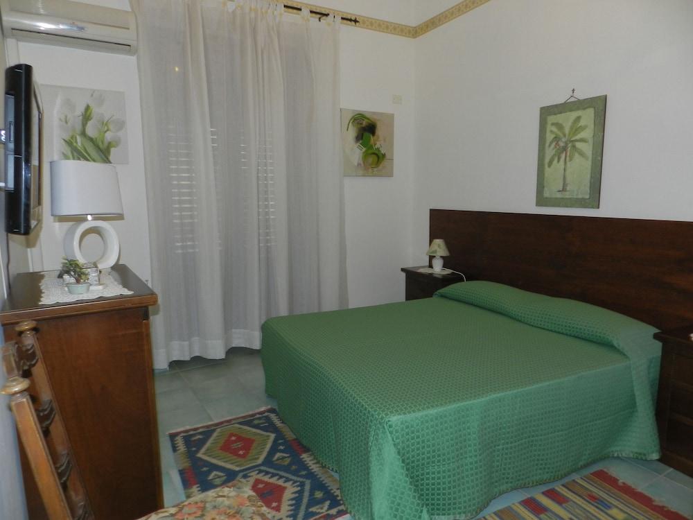 카사 바칸체 포르타 카리니(Casa Vacanze Porta Carini) Hotel Image 2 - Guestroom