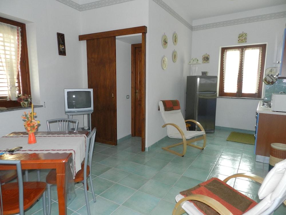 카사 바칸체 포르타 카리니(Casa Vacanze Porta Carini) Hotel Image 13 - Living Area
