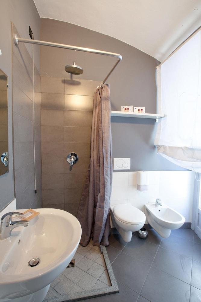 아달레지아 호텔&커피(Adalesia Hotel&Coffee) Hotel Image 14 - Bathroom