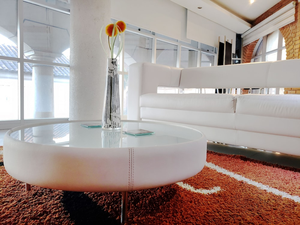 https://i.travelapi.com/hotels/5000000/4560000/4555100/4555047/8dbfad23_z.jpg