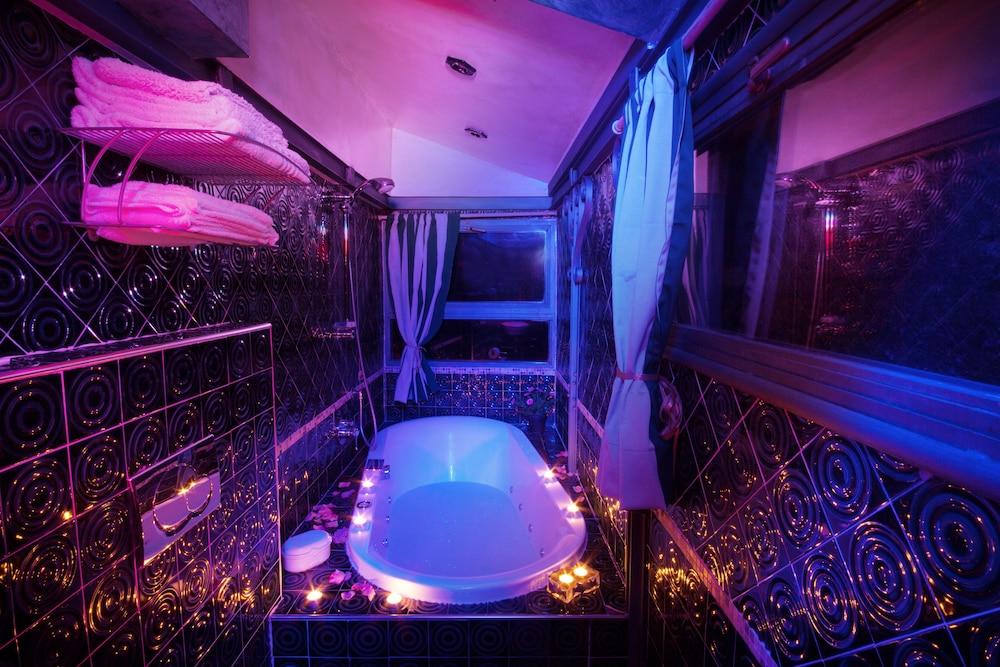 문타 에 카라 알베르고 디푸소(Munta e Cara Albergo Diffuso) Hotel Image 15 - Deep Soaking Bathtub